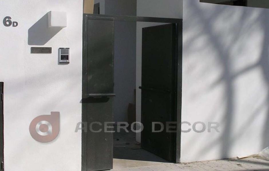 Puerta peatonal abatible de hierro moderna acero decor for Diseno puerta principal